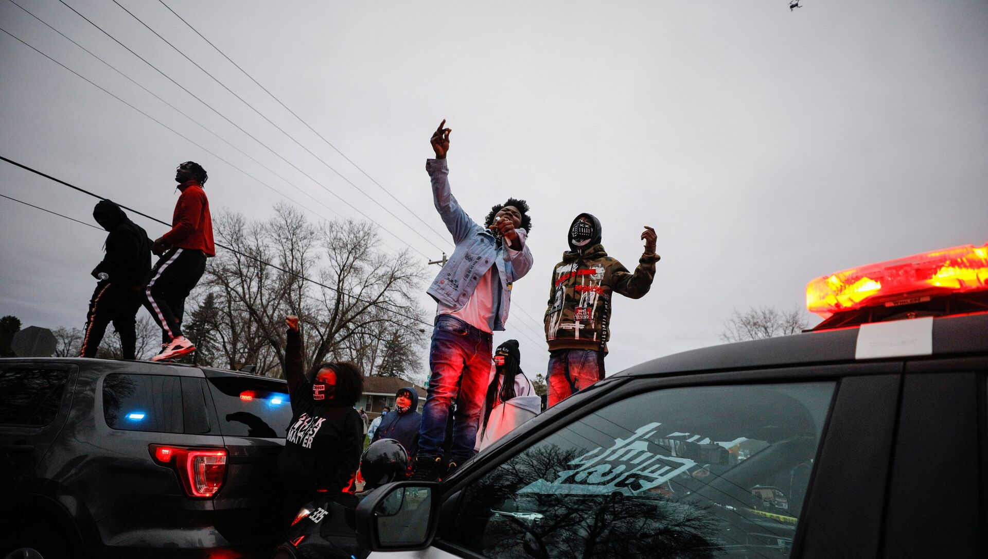 Demonstrators stand on a police vehicle during a protest after police allegedly shot and killed a man, who local media report is identified by the victim's mother as Daunte Wright, in Brooklyn Center, Minnesota, U.S. - Sputnik Italia, 1920, 13.04.2021