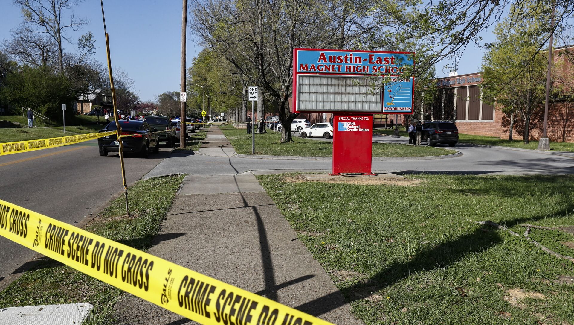 La polizia di Knoxville lavora sul luogo di una sparatoria alla Austin-East Magnet High School, lunedì 12 aprile 2021 a Knoxville, Tennessee. - Sputnik Italia, 1920, 13.04.2021