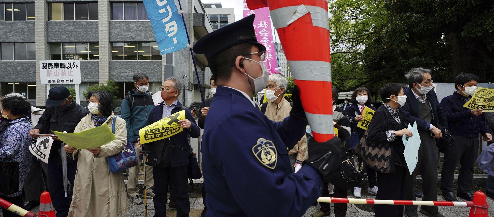 Le persone protestano contro la decisione del governo di rilasciare enormi quantità di acqua radioattiva dalla centrale nucleare di Fukushima nell'oceano, davanti alla residenza del Primo ministro giapponese a Tokyo martedì 13 aprile 2021 - Sputnik Italia, 1920, 13.04.2021