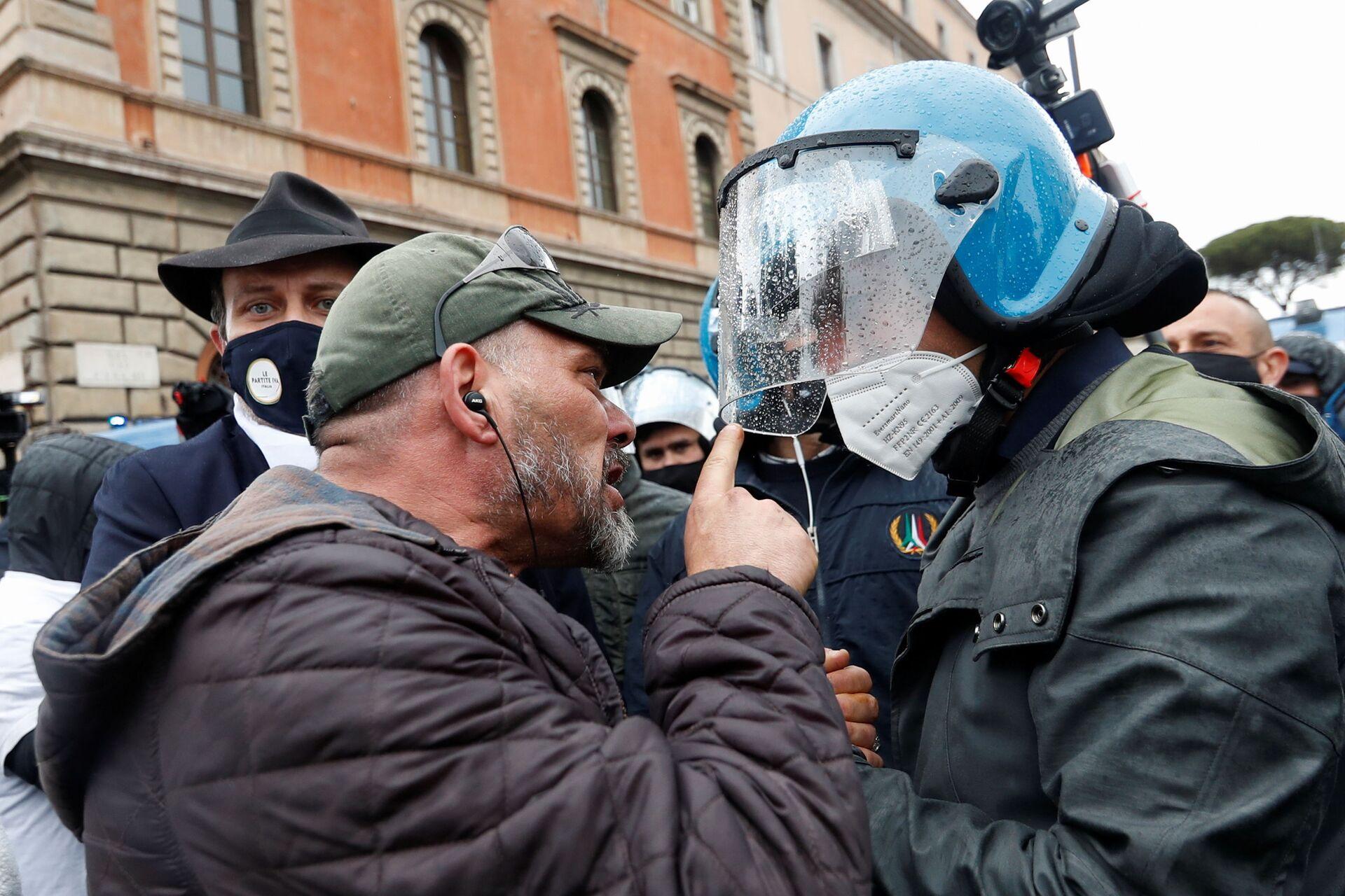 Scontri tra polizia e manifestanti durante le proteste dei ristoratori a Roma, 13 aprile 2021 - Sputnik Italia, 1920, 18.05.2021