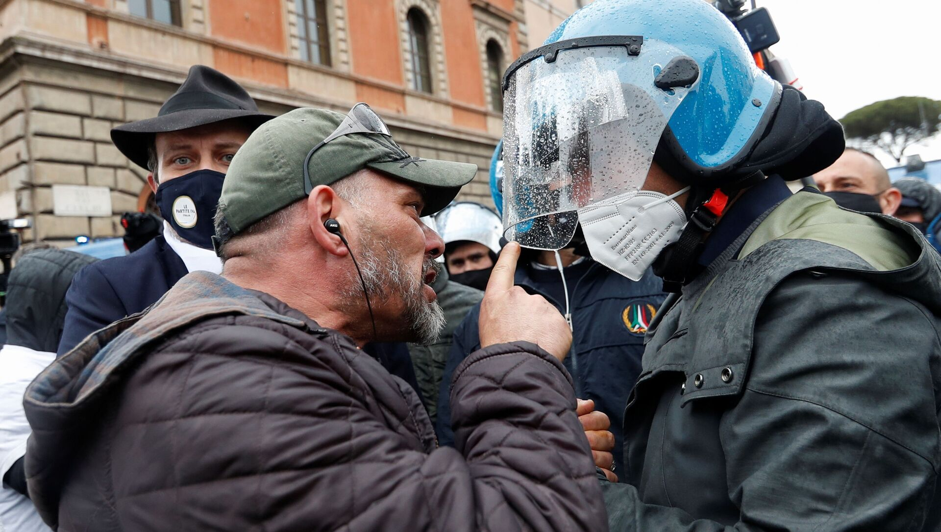 Scontri tra polizia e manifestanti durante le proteste dei ristoratori a Roma, 13 aprile 2021 - Sputnik Italia, 1920, 26.04.2021