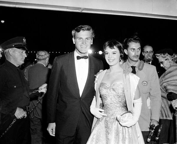 L'attore Tab Hunter e l'attrice Natalie Wood arrivano alla Cerimonia di premiazione annuale degli Oscar, il 21 marzo 1956 - Sputnik Italia