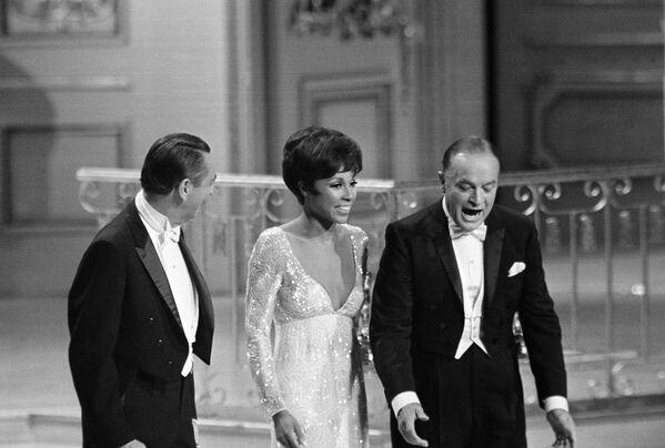 Il comico Bob Hope, la cantante Diahann Carroll e l'attore Macdonald Carey non riescono a trovare i microfoni durante la Cerimonia di premiazione annuale degli Oscar il 10 aprile 1968 - Sputnik Italia