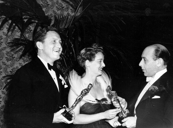 L'attore britannico Sir Cedric Hardwicke consegna gli Oscar a Bette Davis e Spencer Tracy il 23 febbraio 1939 - Sputnik Italia