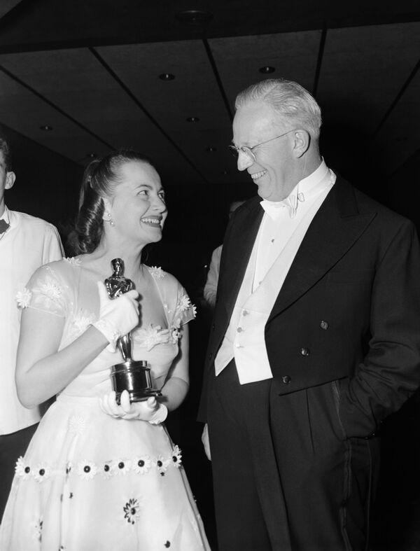 Il governatore della California Earl Warren si congratula con la star del cinema Olivia De Havilland per aver vinto il suo secondo Oscar, il 23 marzo 1950 - Sputnik Italia