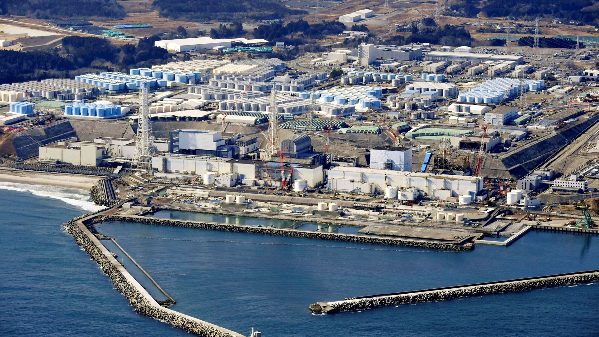 An aerial view shows the storage tanks for treated water at the tsunami-crippled Fukushima Daiichi nuclear power plant in Okuma town, Fukushima prefecture, Japan February 13, 2021, in this photo taken by Kyodo. - Sputnik Italia, 1920, 15.04.2021