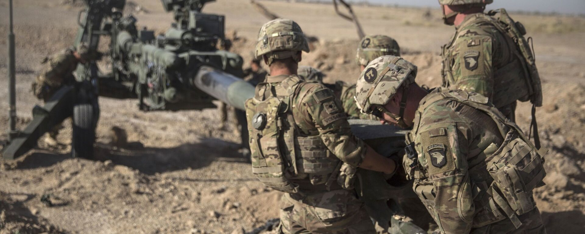 This June 10, 2017 photo provided by Operation Resolute Support, U.S. Soldiers with Task Force Iron maneuver an M-777 howitzer, so it can be towed into position at Bost Airfield, Afghanistan - Sputnik Italia, 1920, 27.08.2021