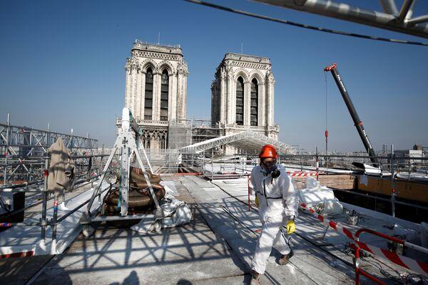 A due anni dal grande incendio che distrusse la guglia e parte del tetto, finora la cattedrale è stata soltanto messa in sicurezza - Sputnik Italia