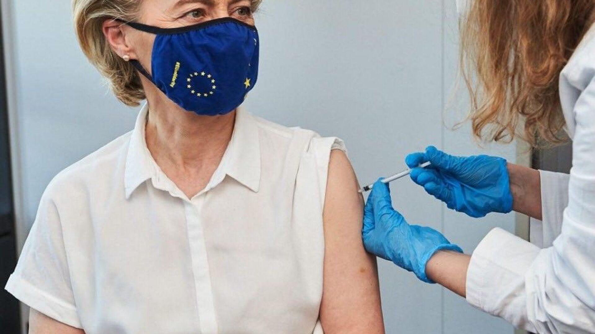 La vaccinazione di Ursula Von Der Leyen - Sputnik Italia, 1920, 15.04.2021
