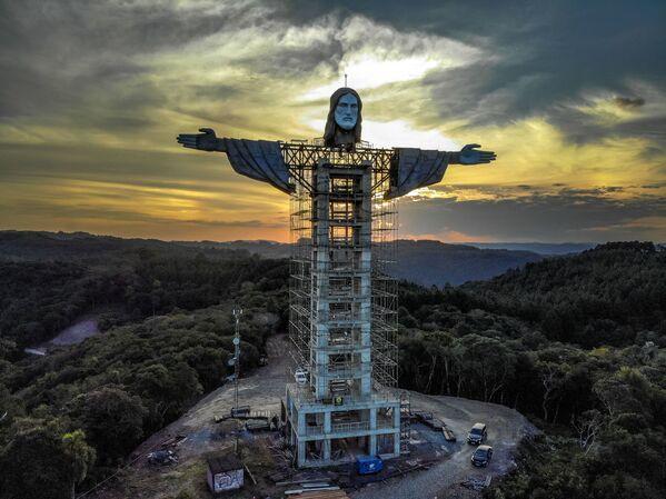 Costruzione di una nuova statua di Gesù Cristo nella città brasiliana di Encantado - Sputnik Italia