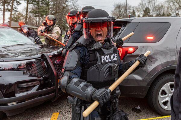 Scontri tra polizia e manifestanti a Minneapolis, USA - Sputnik Italia