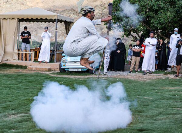 Un ballerino si esibisce nella danza tradizionale Taashir, Arabia Saudita - Sputnik Italia