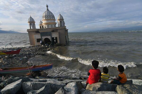 Bambini vicino alla moschea durante il mese sacro del Ramadan, Indonesia - Sputnik Italia