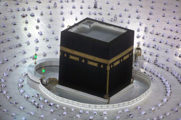 I musulmani durante le prime preghiere dell'alba del mese sacro del Ramadan, intorno alla Kaaba, nella città santa musulmana di Mecca, Arabia Saudita, martedì 13 aprile 2021 - Sputnik Italia