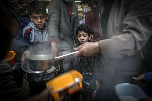 La distribuzione della zuppa alle persone bisognose durante il mese del Ramadan a Gaza, il 14 aprile 2021 - Sputnik Italia