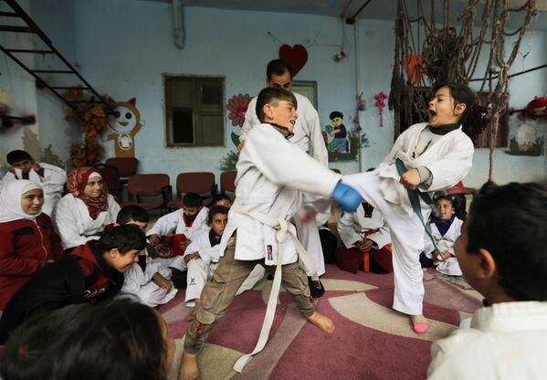 I bambini praticano arti marziali durante un allenamento in una scuola nel villaggio siriano di al-Jeineh, in Siria, l'11 aprile 2021 - Sputnik Italia