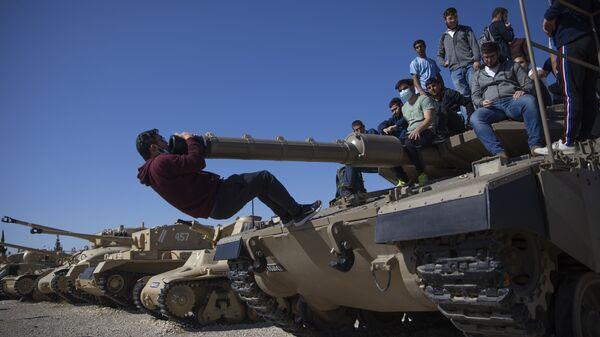 Студенты на танке в Израиле во время церемонии по случаю ежегодного Дня памяти погибших солдат - Sputnik Italia