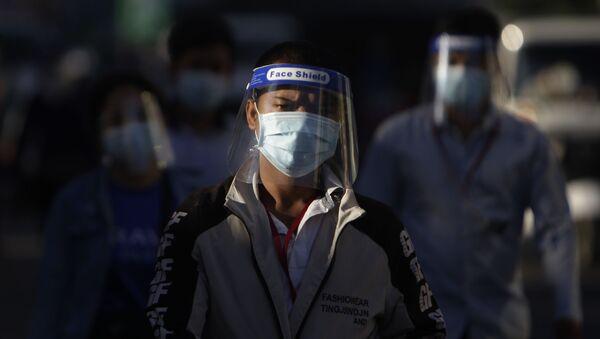 Persone con mascherine in Cambogia - Sputnik Italia