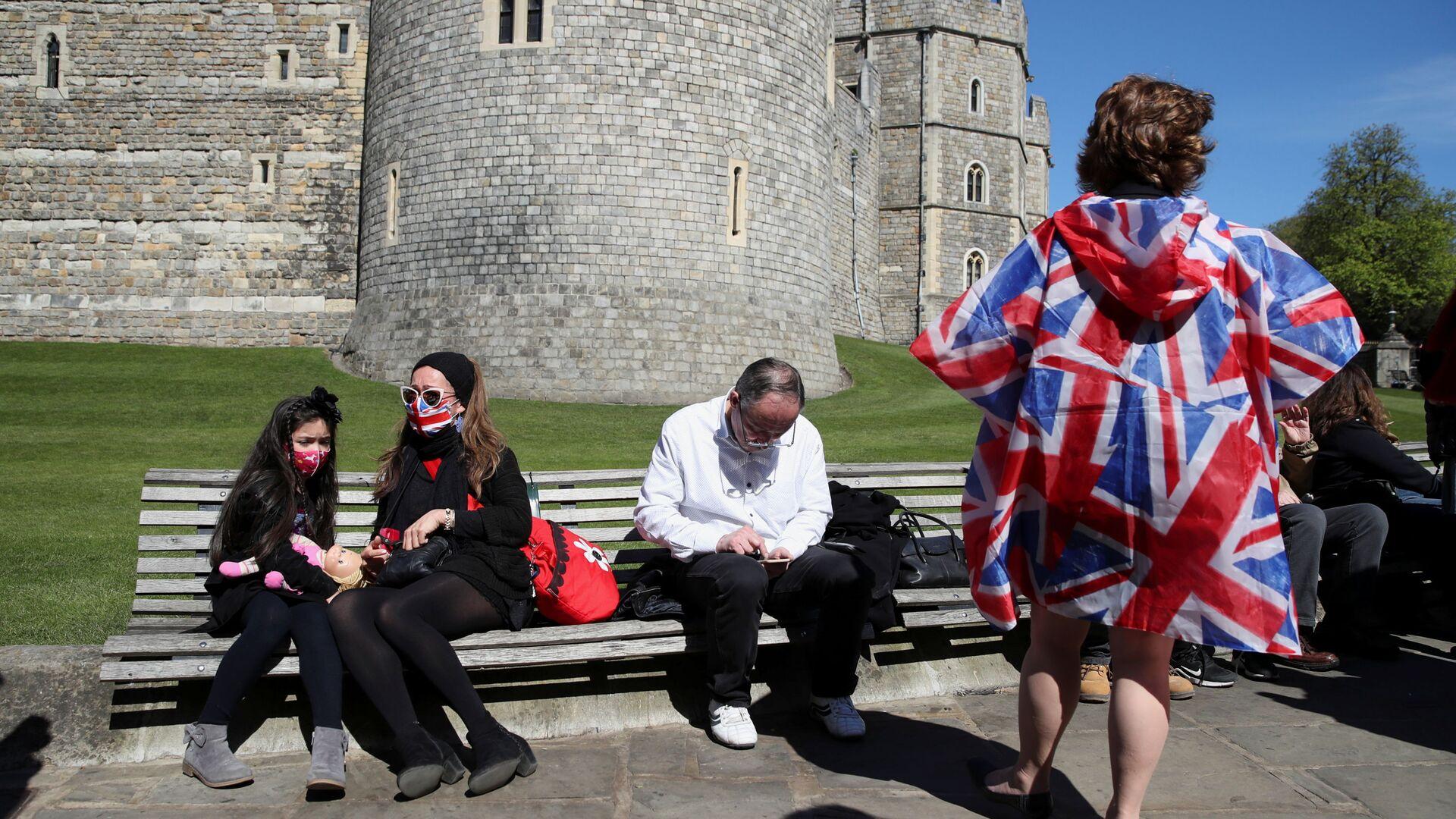 Люди сидят у Виндзорского замка в день похорон британского принца Филиппа - Sputnik Italia, 1920, 19.07.2021