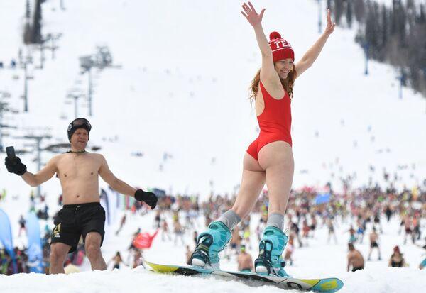 1.772 persone si sono tolte i vestiti e sono andate a sciare e fare snowboard dal monte  - Sputnik Italia