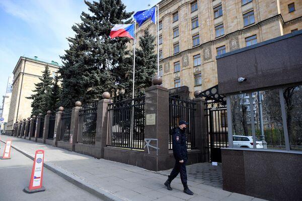 Agente di polizia presso l'ambasciata ceca a Mosca - Sputnik Italia
