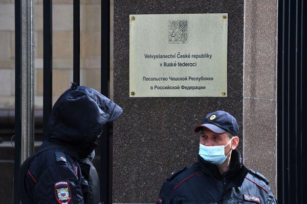 Le forze dell'ordine presso l'Ambasciata della Repubblica Ceca a Mosca - Sputnik Italia