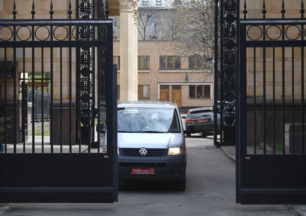Un'auto con la targa diplomatica lascia il territorio dell'Ambasciata della Repubblica Ceca a Mosca - Sputnik Italia
