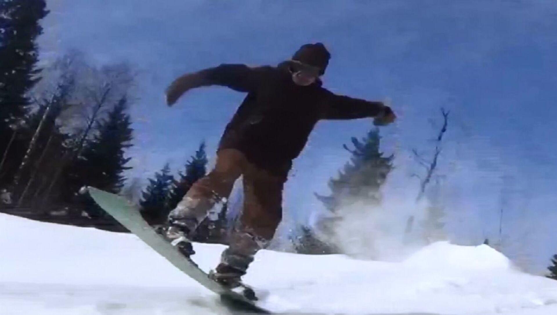 Lo snowboarder pensionato scende dalle montagne - Sputnik Italia, 1920, 20.04.2021