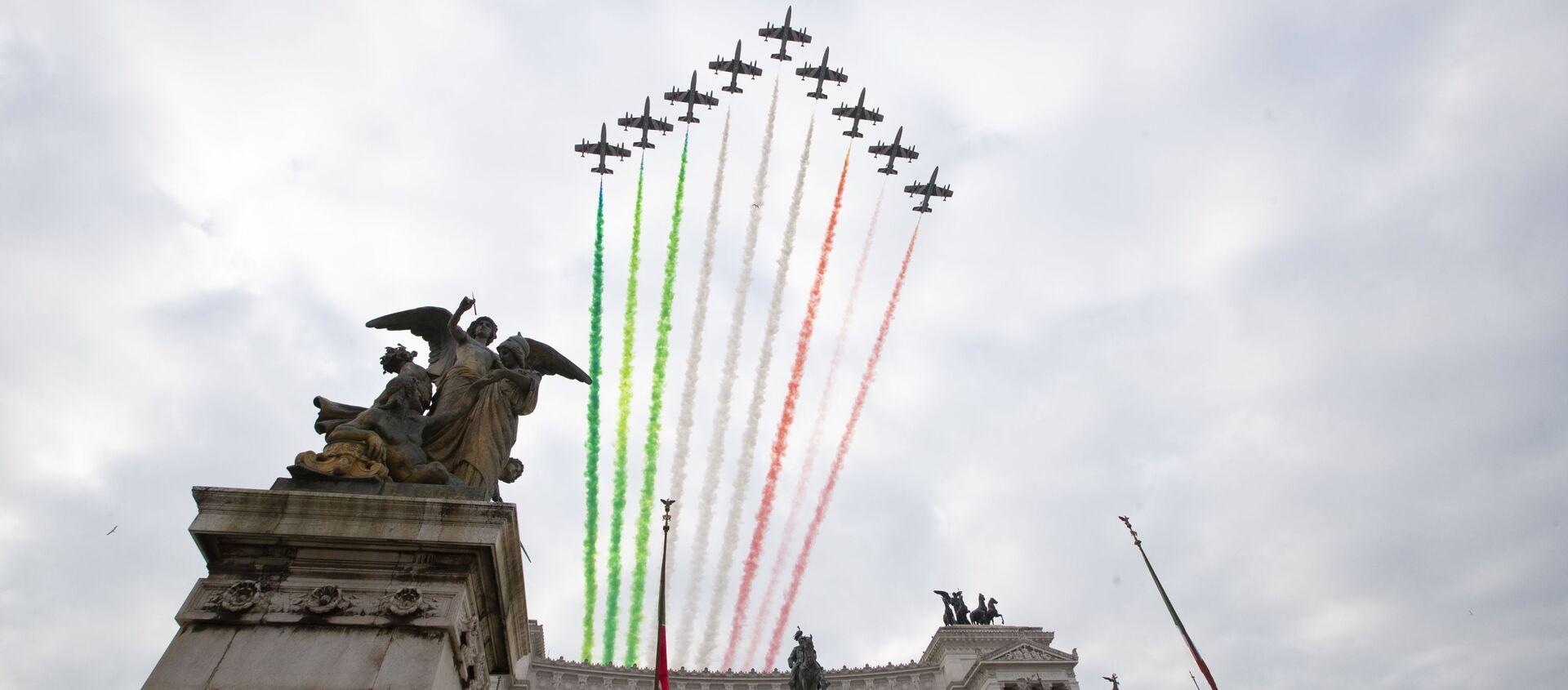 Пилотажная группа итальянских ВВС Frecce Tricolori над памятником Неизвестному солдату в Риме - Sputnik Italia, 1920, 25.04.2021