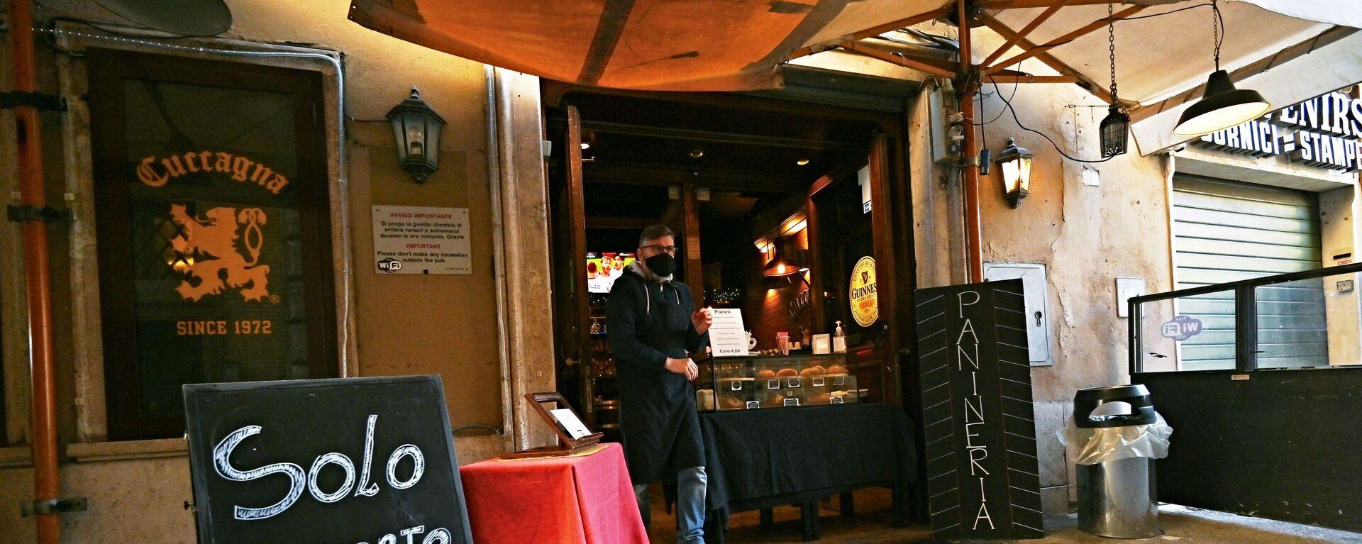 Il proprietario di un ristorante di Roma in attesa di clienti - Sputnik Italia, 1920, 21.04.2021