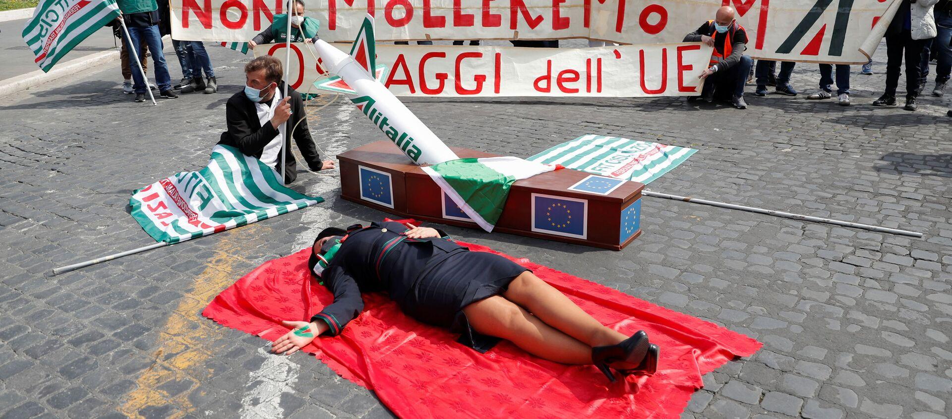 Рабочие Alitalia проводят акцию протеста, призывая правительство Италии отказаться от переговоров с Европейской комиссией по поводу реконструкции авиакомпании, Рим, Италия, 16 апреля 2021 года - Sputnik Italia, 1920, 22.04.2021