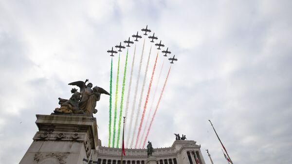 Пилотажная группа итальянских ВВС Frecce Tricolori над памятником Неизвестному солдату в Риме - Sputnik Italia