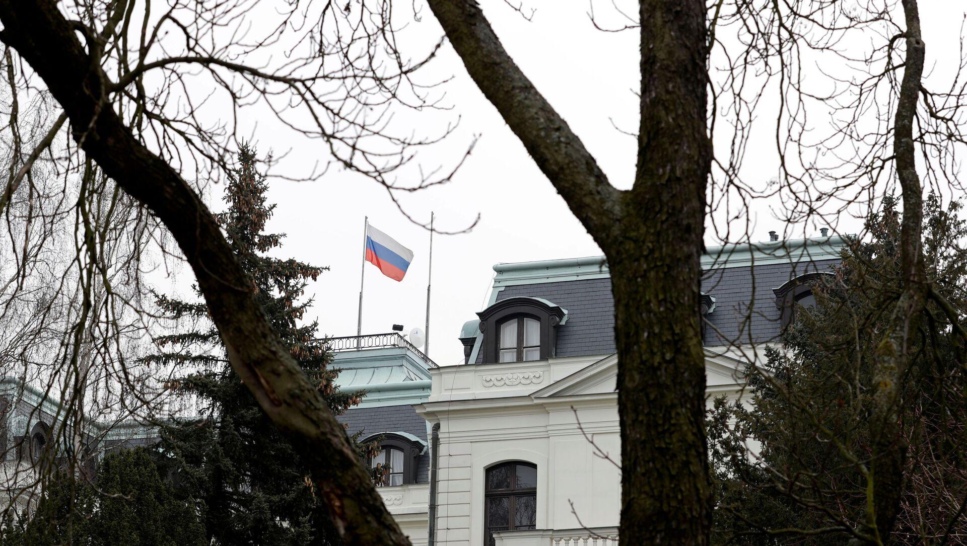 A national flag of Russia flies on the Russian embassy in Prague, Czech Republic, March 26, 2018. - Sputnik Italia, 1920, 21.04.2021