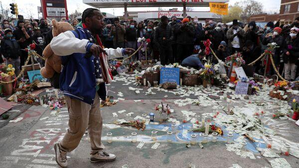 Folla riunita a George Floyd Square dopo il verdetto nel processo all'ex agente di polizia di Minneapolis Derek Chauvin, riconosciuto colpevole della morte di George Floyd, a Minneapolis, Minnesota, Stati Uniti, 20 aprile 2021.  - Sputnik Italia