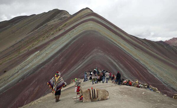 I turisti ammirano la meraviglia del Vinicunca, una montagna delle Ande nella regione di Cusco, in Perù - Sputnik Italia