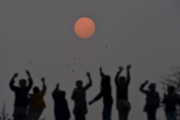 I bambini giocano al tramonto a Lahore, il 31 dicembre 2019 - Sputnik Italia