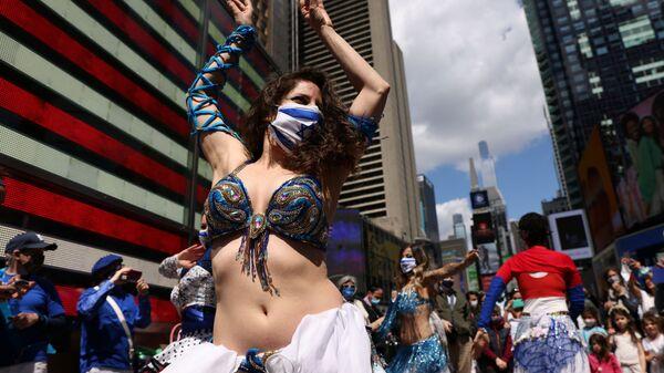 Женщина танцует на празднике в честь Дня независимости Израиля, отмечающего 73-ю годовщину создания государства, на Таймс-сквер в Нью-Йорке, США - Sputnik Italia