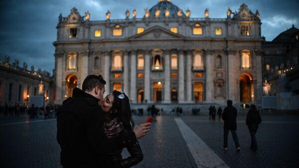 Una coppia si bacia in piazza San Pietro - Sputnik Italia