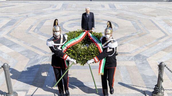 Il Presidente Sergio Mattarella in occasione della deposizione di una corona d'alloro sulla Tomba del Milite Ignoto, nella ricorrenza della Liberazione - Sputnik Italia