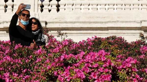 Пара делает селфи на Испанской лестнице в Риме - Sputnik Italia