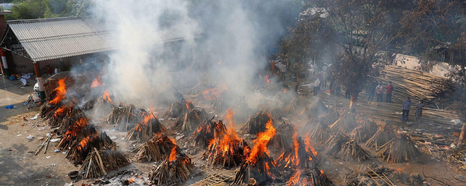 Вид сверху на горящие погребальные костры во время массовой кремации в крематории в Нью-Дели, Индия - Sputnik Italia, 1920, 27.04.2021