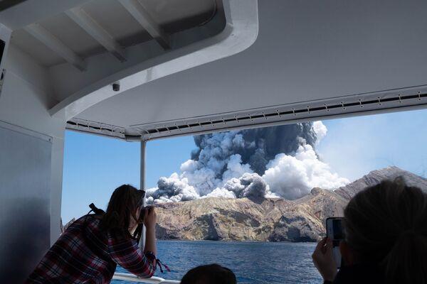 Turisti fanno le foto dell'eruzione del vulcano sull'Isola Bianca in Nuova Zelanda - Sputnik Italia