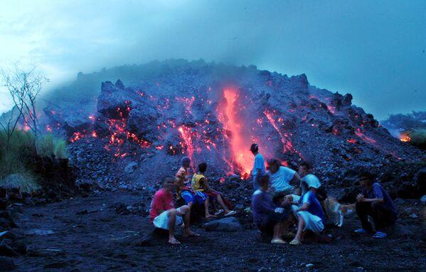 I residenti del posto osservano l'eruzione del vulcano Mayon nelle Filippine - Sputnik Italia