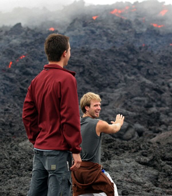 Turisti osservano l'eruzione del vulcano Pacaya, Guatemala - Sputnik Italia