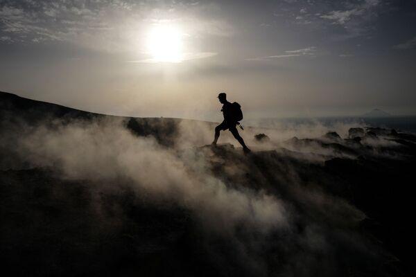 Turista sull'isola di Vulcano, appartenente all'arcipelago delle isole Eolie, Sicilia - Sputnik Italia