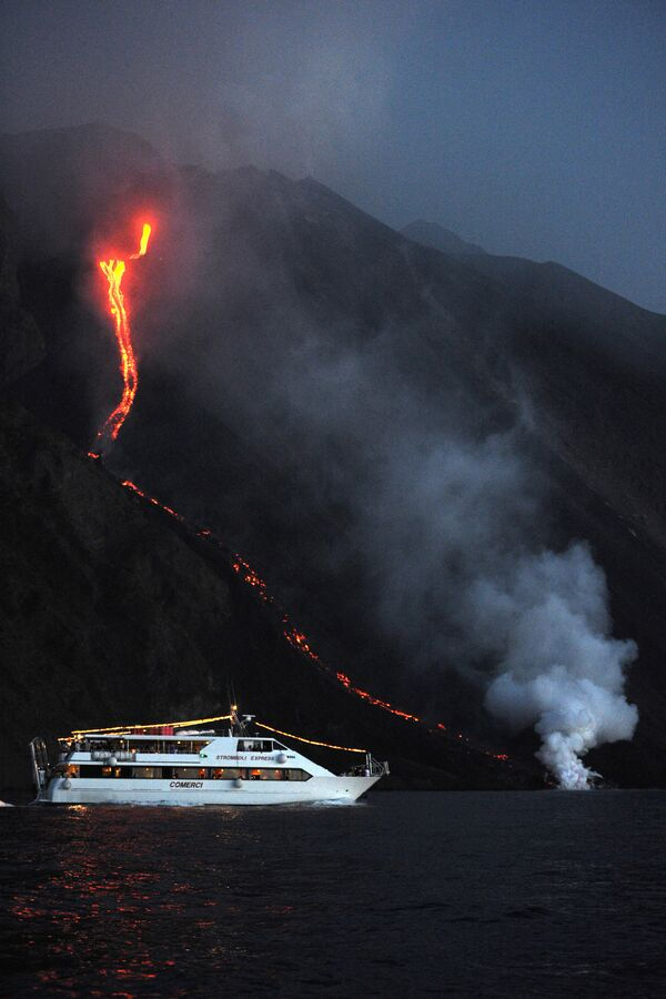 Turisti su una nave vicino al vulcano in eruzione Stromboli, Italia - Sputnik Italia