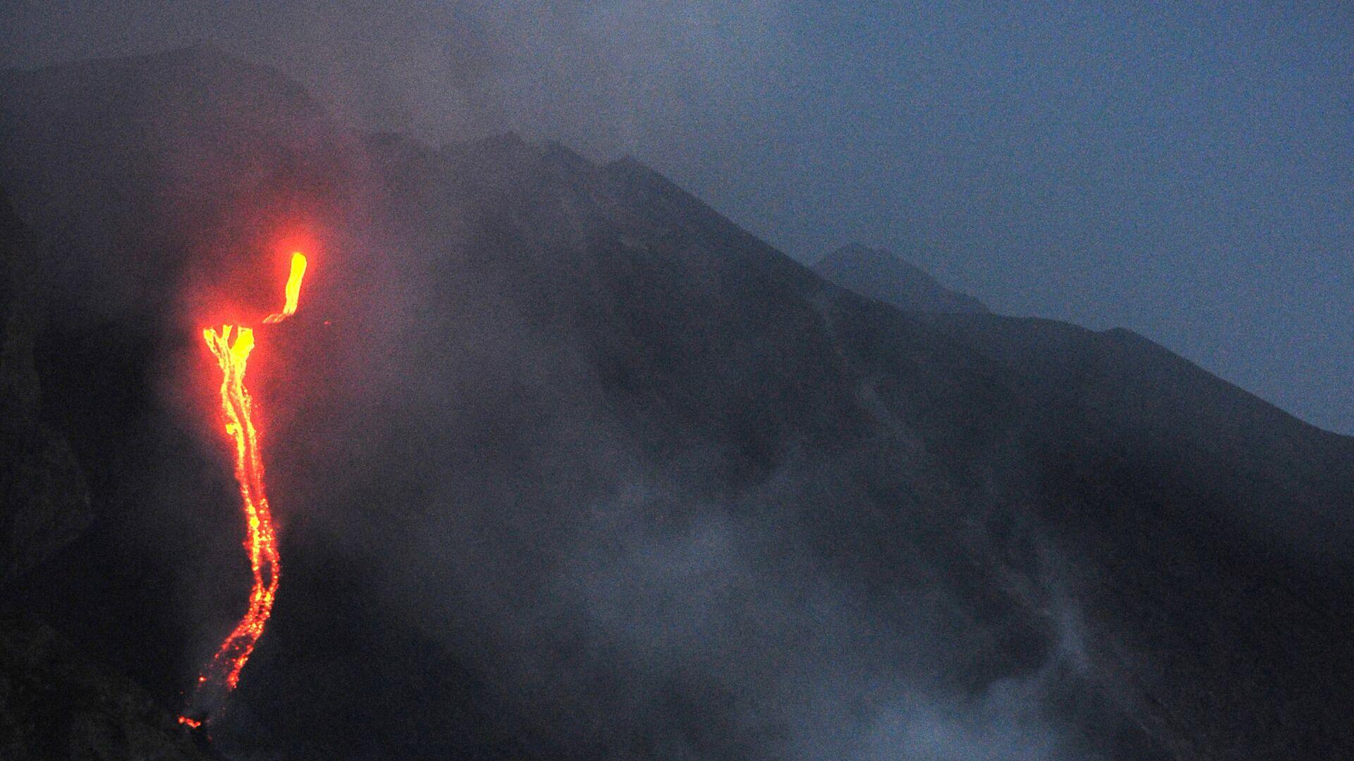 I turisti su una nave vicino al vulcano in eruzione Stromboli, Italia - Sputnik Italia, 1920, 19.05.2021
