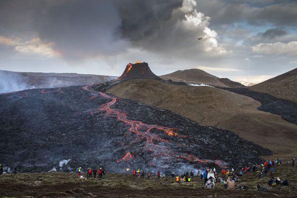 Eruzione del vulcano nella valle di Geldingadalur nella penisola di Reykjanes in Islanda - Sputnik Italia