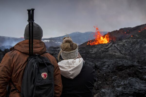 Persone guardano l'eruzione del vulcano in Islanda - Sputnik Italia