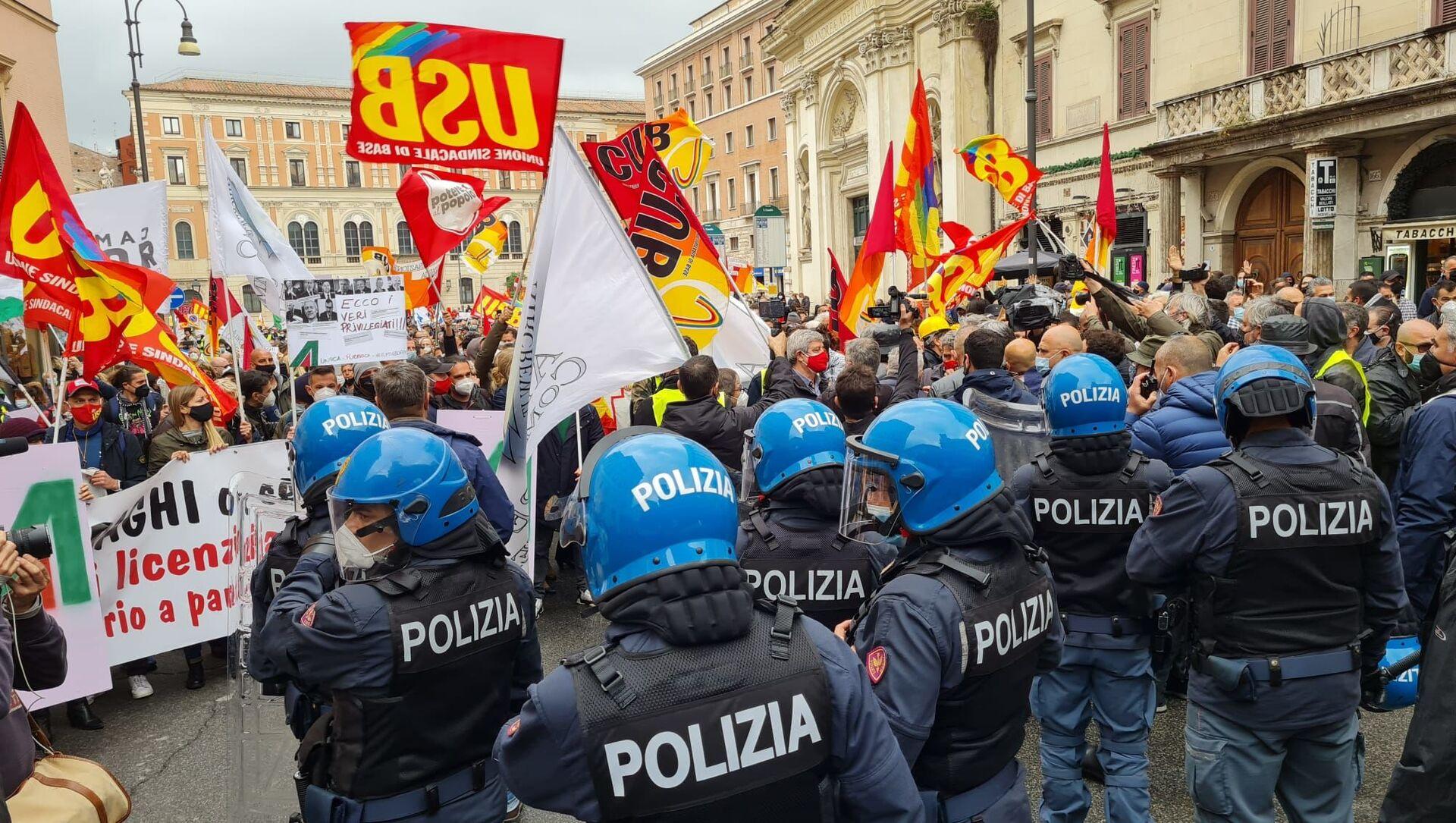 Tensioni con la polizia durante la manifestazione dei lavoratori Alitalia a Roma - Sputnik Italia, 1920, 28.04.2021